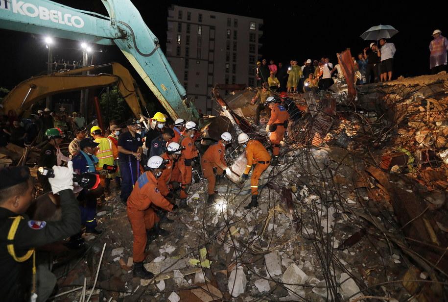 W sobotę zawalił się sześciopiętrowy budynek wznoszony w Sihanoukville, największym kurorcie Kambodży /MAK REMISSA /PAP/EPA