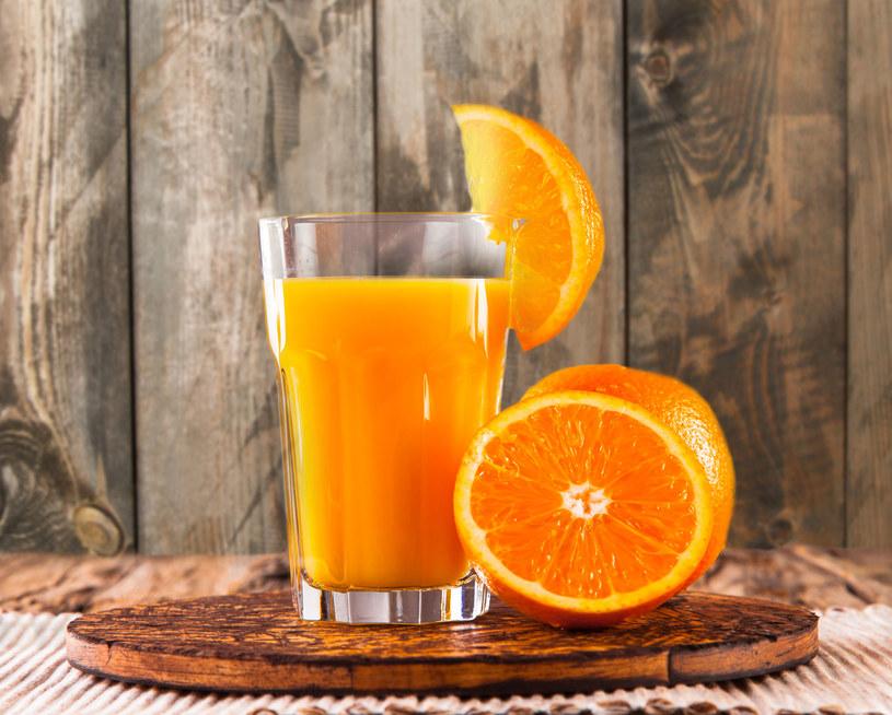 W soku pomarańczowym znajduje się dużo wapnia /123RF/PICSEL