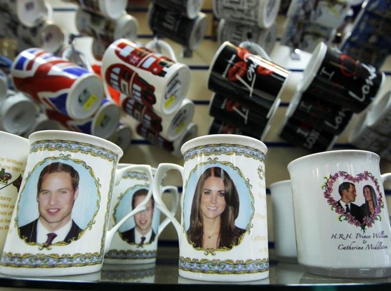 W sprzedaży jest już wiele gadżetów z wizerunkiem książęcej pary  /AP Photo/Matt Dunham /East News