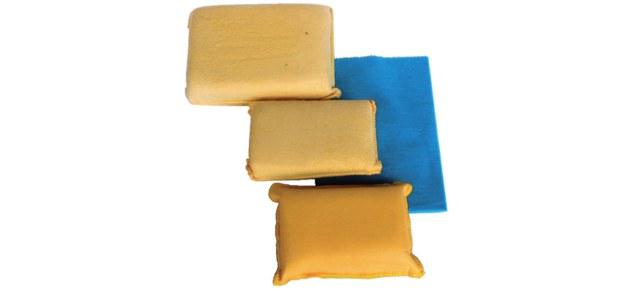W sprzedaży są dostępne gąbki i szmatki wykonane z irchy lub dobrze chłonącej wodę mikrofibry (kosztują zwykle 3-6 zł). /Motor