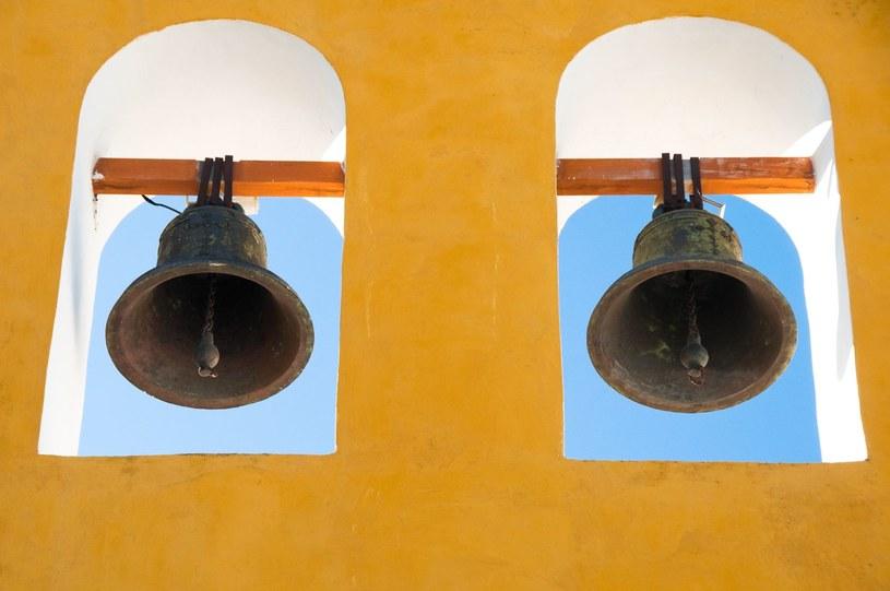 W średniowiecznych miastach biciem dzwonów obwieszczano porę odpowiednią do spożywania piwa /123RF/PICSEL