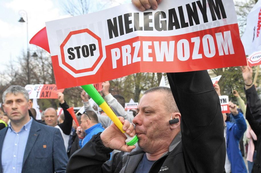 W środę w samo południe rozpoczynają się negocjacje taksówkarzy z przedstawicielami kilku ministerstw. / Radek Pietruszka   /PAP
