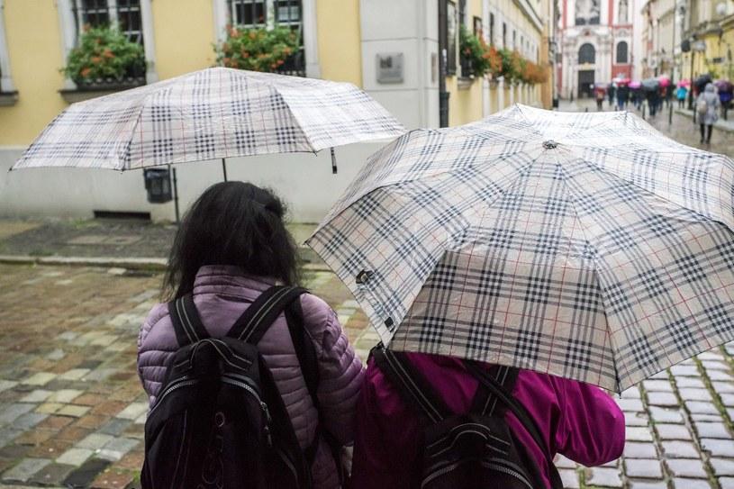 W środę w wielu miejscach kraju przydadzą się parasole; zdj. ilustracyjne /Dawid Tatarkiewicz /East News