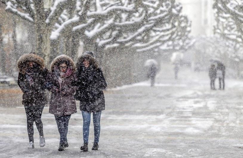 W środkowej części Hiszpanii spadkowi temperatur towarzyszą opady śniegu z deszczem /SANTI OTERO  /PAP/EPA