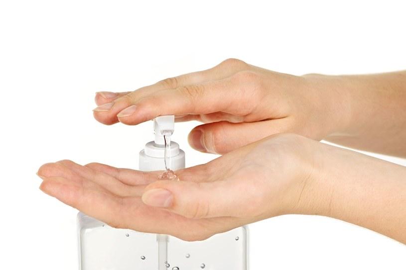 W środku dezynfekującym powinno być odpowiednio wysokie stężenie alkoholu /123RF/PICSEL