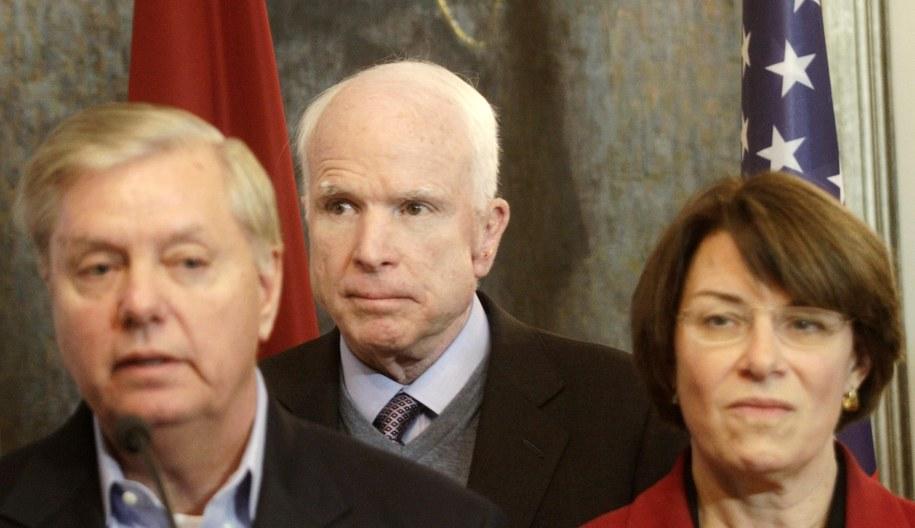 W środku: John McCain /VALDA KALNINA /PAP/EPA
