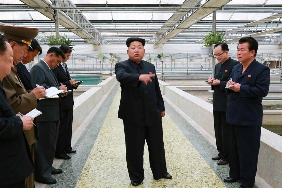 W środku przywódca Korei Północnej Kim Dzong Un /RODONG SINMUN  /PAP/EPA