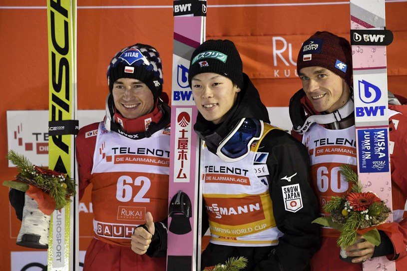 W środku Ryoyu Kobayashi, z prawej Piotr Żyła, z lewej Kamil Stoch - jak dotąd najlepsi skoczkowie sezonu /AFP