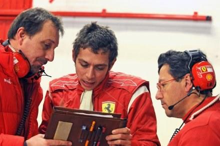 W środku Valentino Rossi /AFP