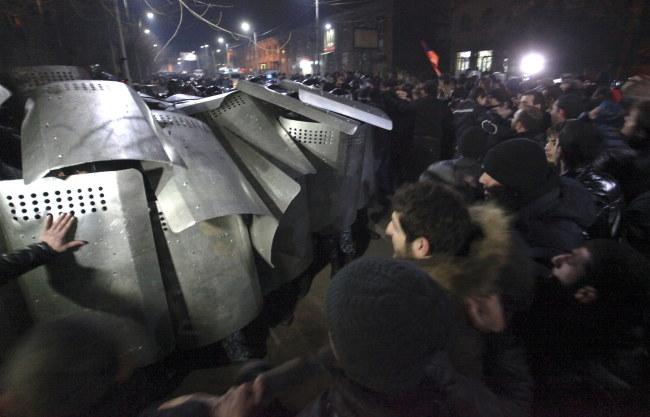 W starciach rannych zostało kilkanaście osób /VAHRAM BAGHDASARYAN /PAP/EPA