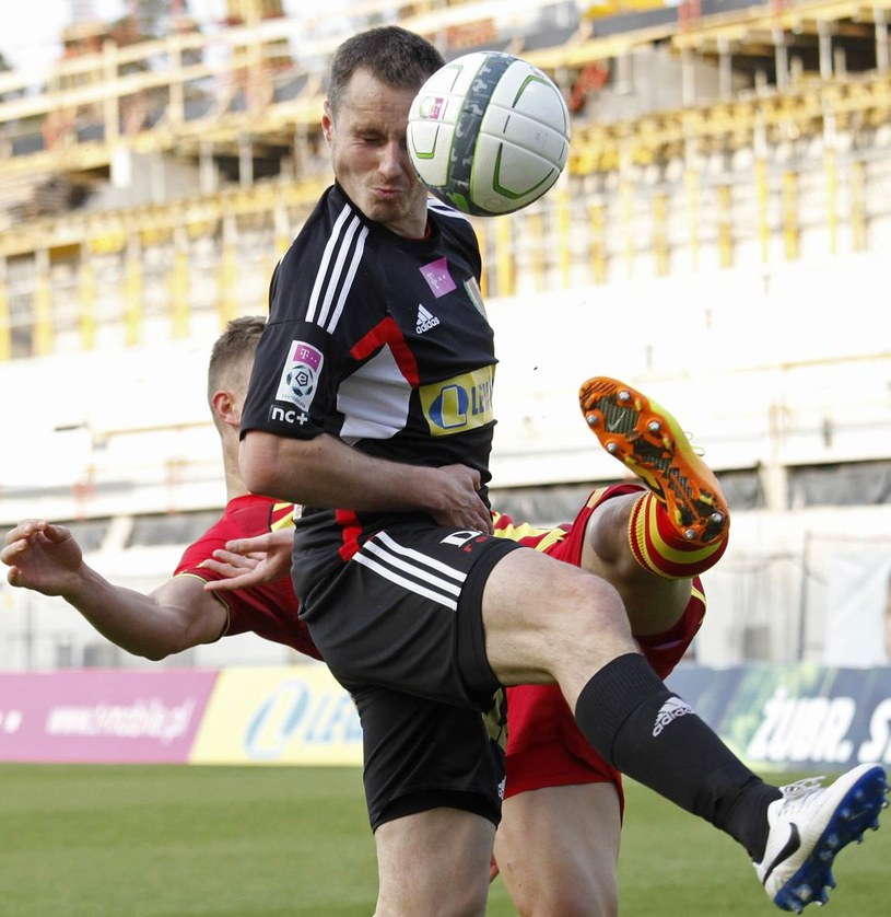 W starciu o piłkę Bekim Balaj (z tyłu) z Jagiellonii i Paweł Golański (front) z Korony Kielce /Artur Reszko /PAP