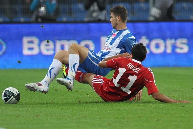 W starciu o piłkę Semir Stilić (L) z Lecha i Gervasio Nunez z Wisły fot: Adam Ciereszko /PAP