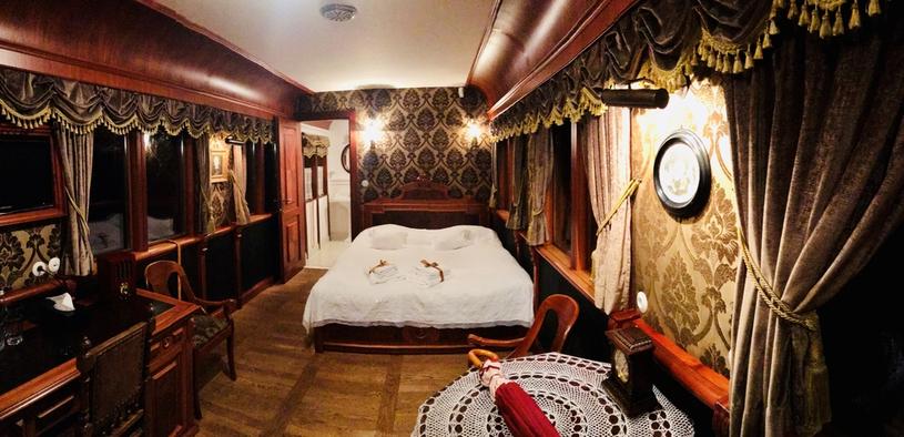 W stojącym na torze składzie pociągu znajdują się także luksusowe wagony stylizowane na carskie salonki /Styl.pl