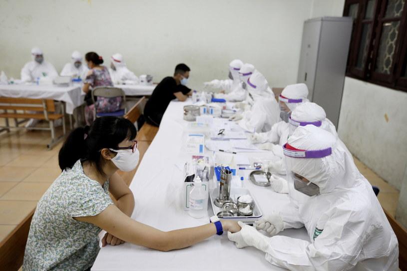 W stołecznym Hanoi od piątku przeprowadzane są obowiązkowe testy na obecność koronawirusa. Musi się im poddać 21 tys. osób, które świeżo wróciły z Danangu.