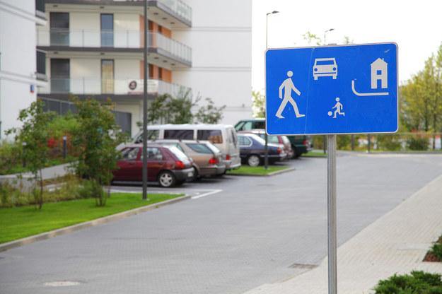 W strefie zamieszkania postój jest możliwy tylko w miejscach do tego wyznaczonych. Parkowanie w innym miejscu jest zabronione, nawet jeśli nie łamie się innych zakazów. /Motor