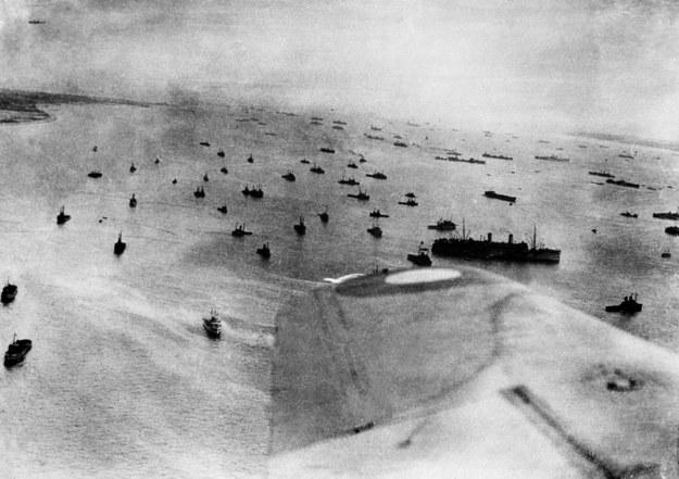 """""""W stronę Francji ruszyła armada złożona z sześciu pancerników, dwóch monitorów, 22 krążowników, 93 niszczycieli, 163 eskortowców, 366 okrętów patrolowych, 424 okrętów pomocniczych, 224 statków handlowych i 4012 barek desantowych"""" /STF /AFP"""