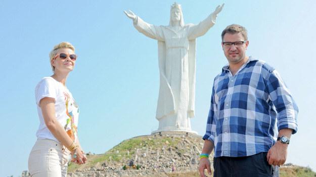 W Świebodzinie serialowa rodzinka będzie robiła sobie zdjęcia pod 36-metrową statuą Chrystusa, wzorowaną na brazylijskich i jedną z największych w świecie. /Agencja W. Impact