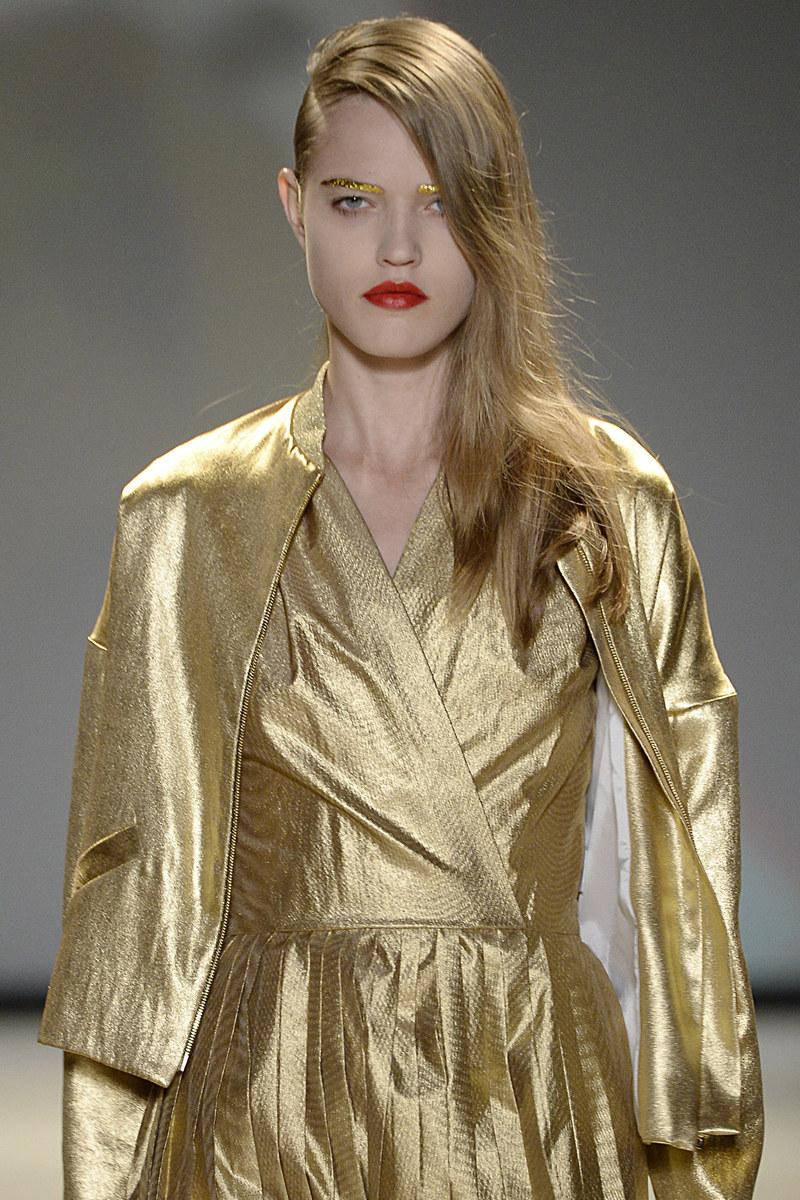 W świecie mody złote mogą być nawet brwi /Getty Images