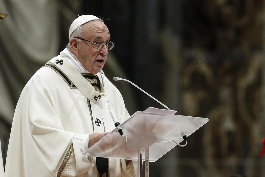 W swych rozważaniach przed modlitwą Franciszek mówił o pokusie zamknięcia się na światło Jezusa /Fabio Frustaci /PAP/EPA