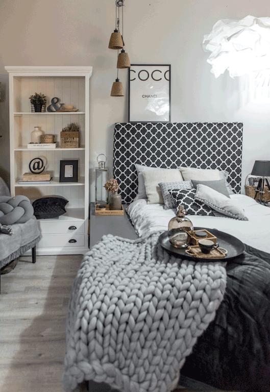 W sypialni dekoracje zawieszaj tuż nad zagłówkiem. fot. Małgorzata Opala /Styl.pl/materiały prasowe