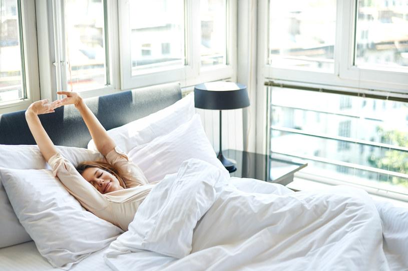 W sypialni nie powinno być gorąco i duszno, dlatego warto przewietrzyć pomieszczenie zanim położymy się do łóżka /123RF/PICSEL