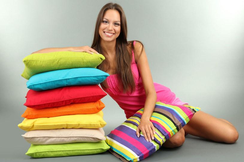 W sypialni powinny dominować naturalne materiały /123RF/PICSEL