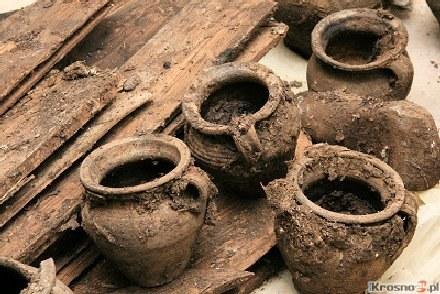 W szambie znaleziono około 60 naczyń. /krosno24.pl