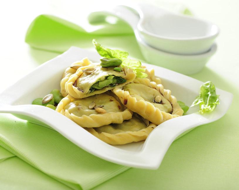 W szczególności dużo bobu powinni jeść wegetarianie - ma on bowiem dużo zdrowego białka i świetnie zastępuje mięso. /123RF/PICSEL