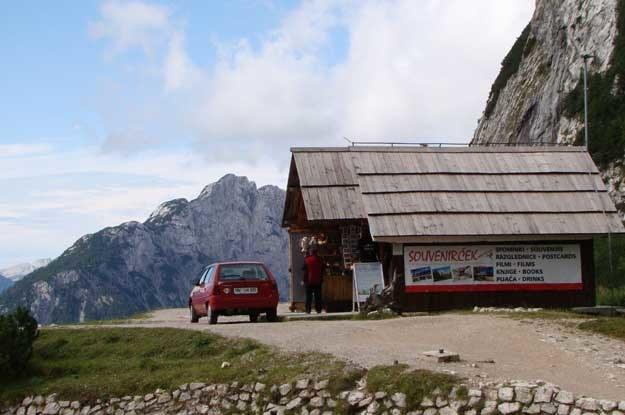 W szczytowym punkcie trasy nie mogło oczywiście zabraknąć sklepu z pamiątkami. /INTERIA.PL