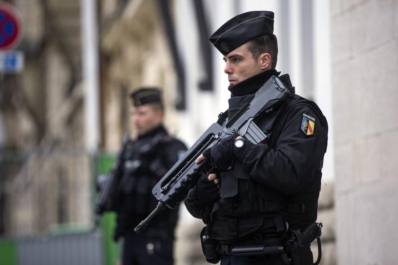 W sześciu zamachach w Paryżu życie straciło co najmniej 129 osób /ETIENNE LAURENT /PAP/EPA