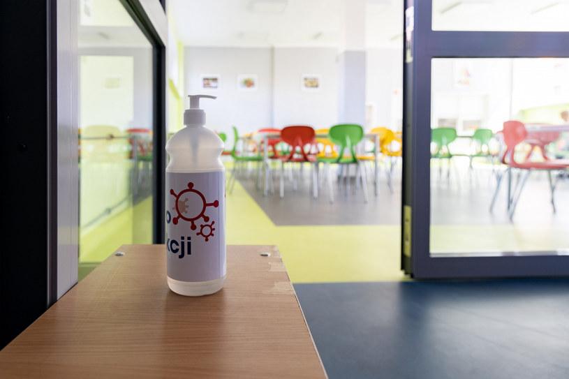 W szkołach obowiązują szczególne środki ostrożności /Robert Stachnik /Reporter