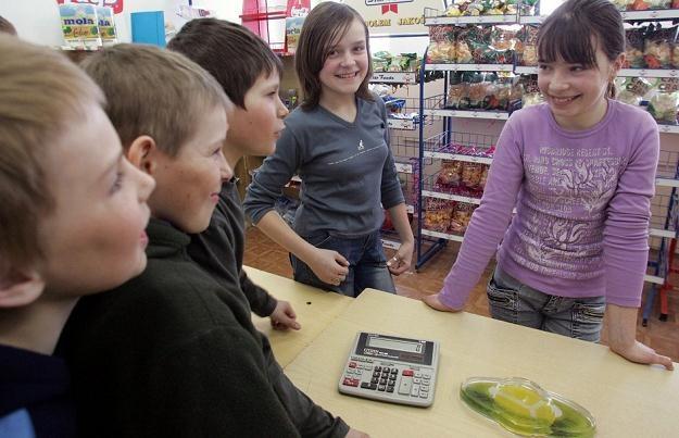 W szkolnym sklepiku, fot. Wojtek Jargilo /Reporter