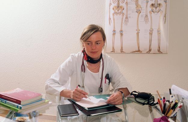 W szpitalach nie można zmuszać do przechodzenia z umów na kontrakty /© Bauer