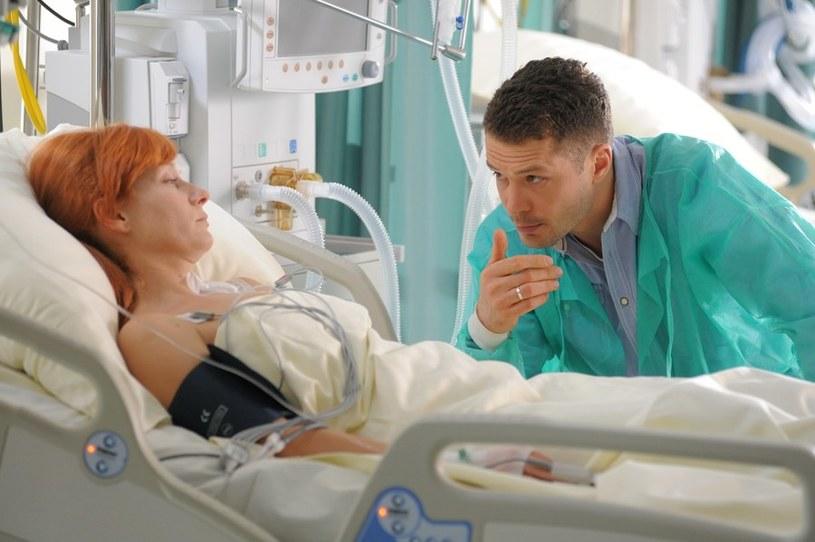 W szpitalu będzie walczyła o życie. Tomek odda dla niej krew. Gdy Agnieszka na chwilę odzyska przytomność, pożegna się z nim, wyznając, że wciąż go kocha... /Agencja W. Impact