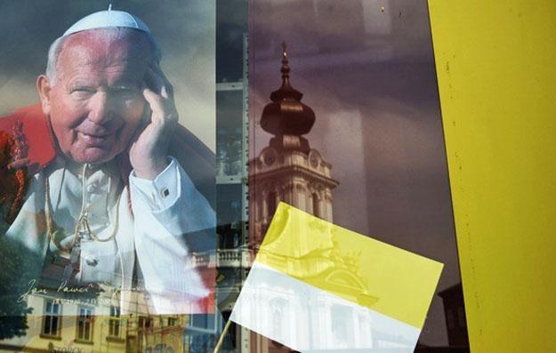 W sztafetę do Rzymu wyruszyło 13 biegaczy - chcą zdążyć na beatyfikację Jana Pawła II /AFP