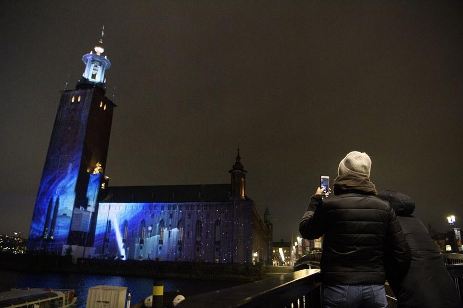 W Sztokholmie do 13 grudnia inspirowane odkryciami lub życiorysem noblistów iluminacje będą oświetlać najważniejsze budynki /Jessica Gow  /PAP/EPA