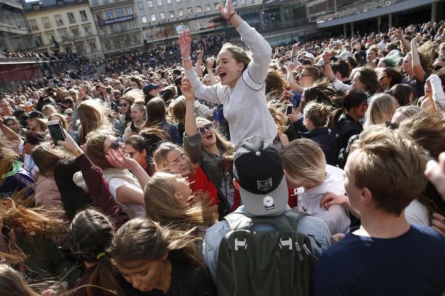 W Sztokholmie fani DJ-a uczcili jego pamięć tańcząc do jego piosenek /FREDRIK PERSSON SWEDEN  /PAP/EPA