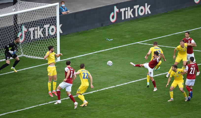 W taki sposób Austriacy otworzyli wynik spotkania. Do siatki trafia Christoph Baumbartner /PAP