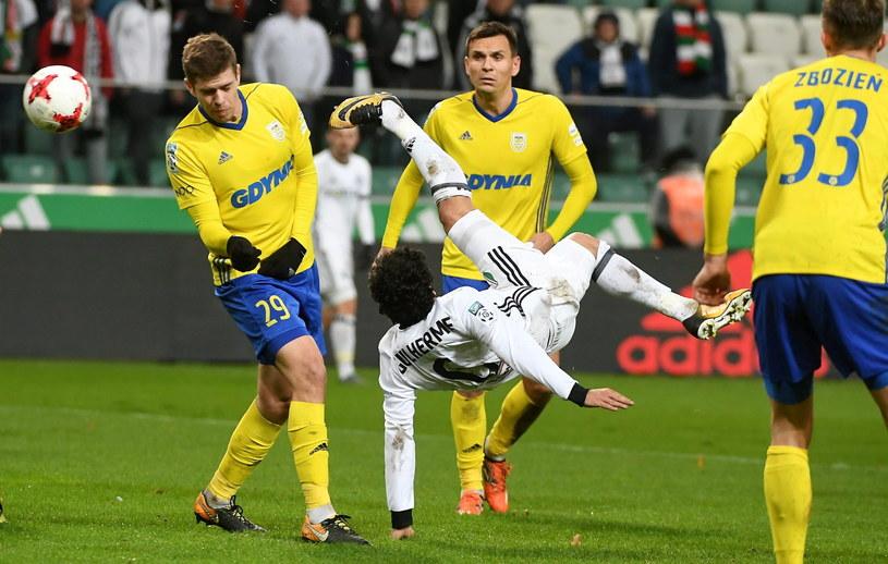 W taki sposób Guilherme próbował pokonać bramkarza rywali /Bartłomiej Zborowski /PAP