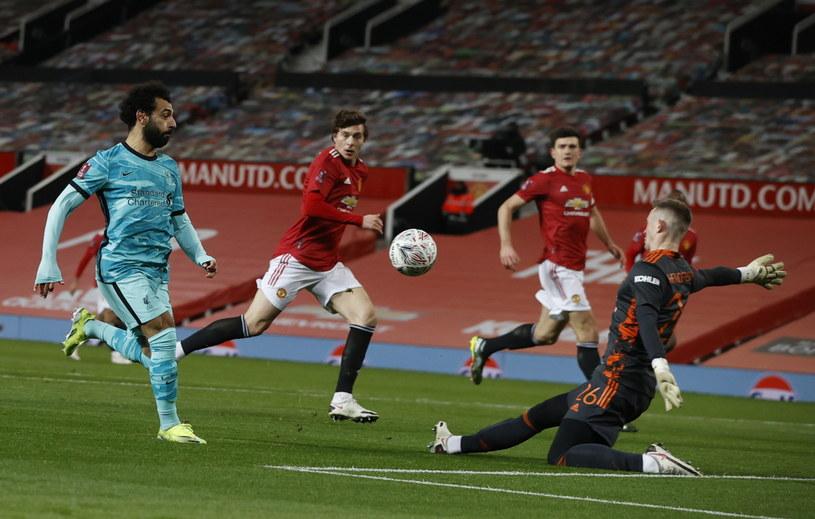W taki sposób Mohamed Salah (pierwszy z lewej) otworzył wynik spotkania /PAP
