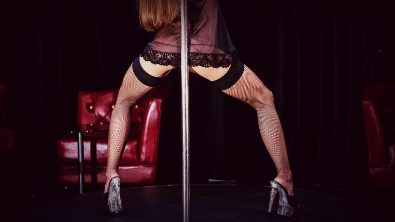W takich klubach klienci nie płacą za taniec i alkohol, ale za dodatki... na przykład owoce. /123RF/PICSEL