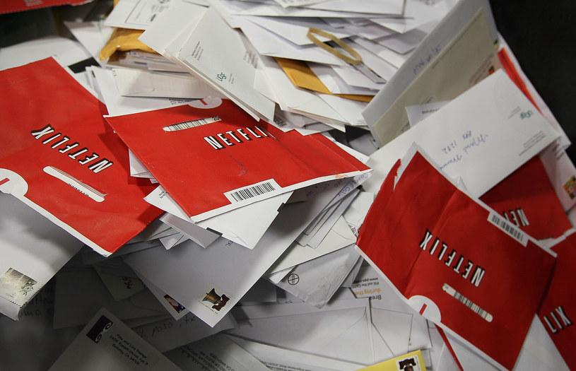 W takich kopertach Netflix wysyłał płyty swoim abonentom /AFP