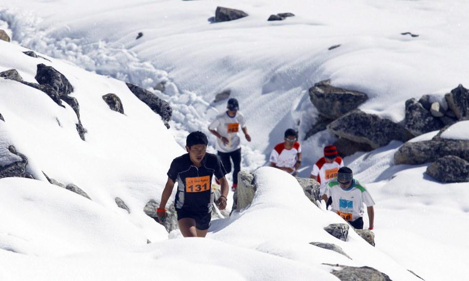 """W takich warunkach """"biegnie się"""" w maratonie /HIMEX NEPAL  /PAP/EPA"""