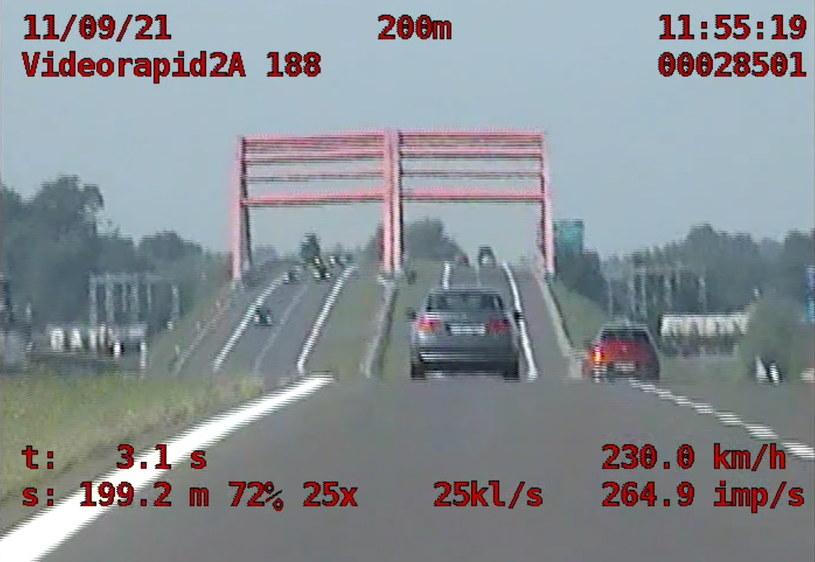 W takich warunkach nie można mówić o rzetelnym pomiarze - odległość jest zbyt duża, by ludzkie oko mogło ocenić, czy oba pojazdy jadą z równą prędkością /Policja