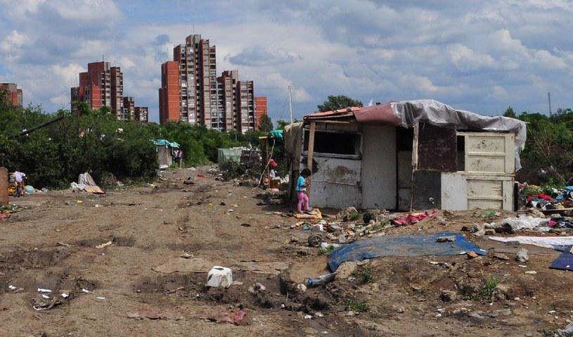 W takich warunkach żyją Romowie na przedmieściach Belgradu. Fot: Amnesty International /