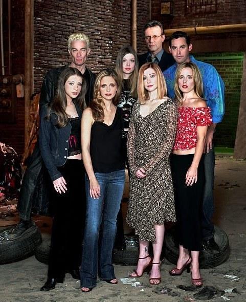 W takim składzie Buffy pożegnała się z widzami. Gellar i Hannigan (w środku) to jedyne gwiazdy, jakie pojawiły się we wszystkich odcinkach. /FOX /materiały prasowe