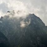 W Tatrach spadł śnieg. Wierzchołki białe