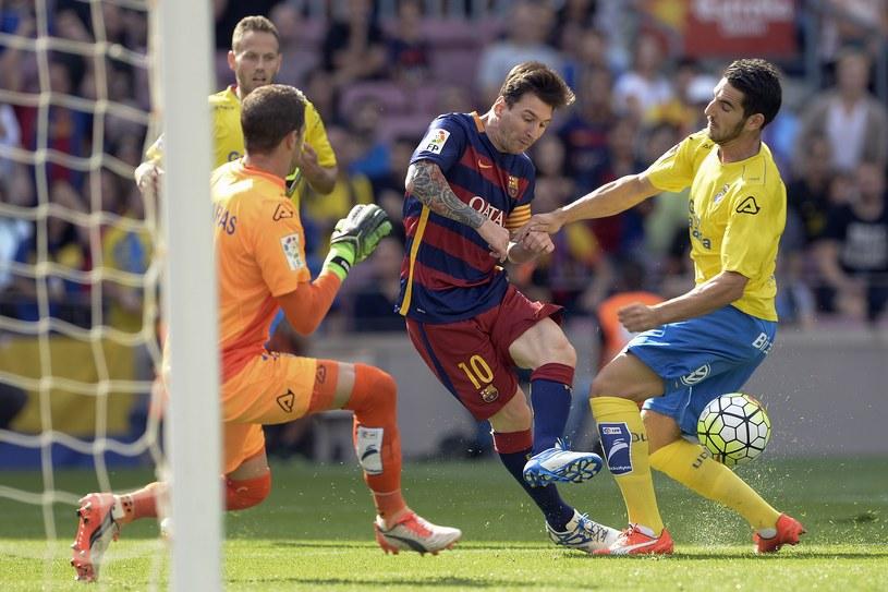W tej sytuacji Lionel Messi doznał kontuzji kolana /AFP