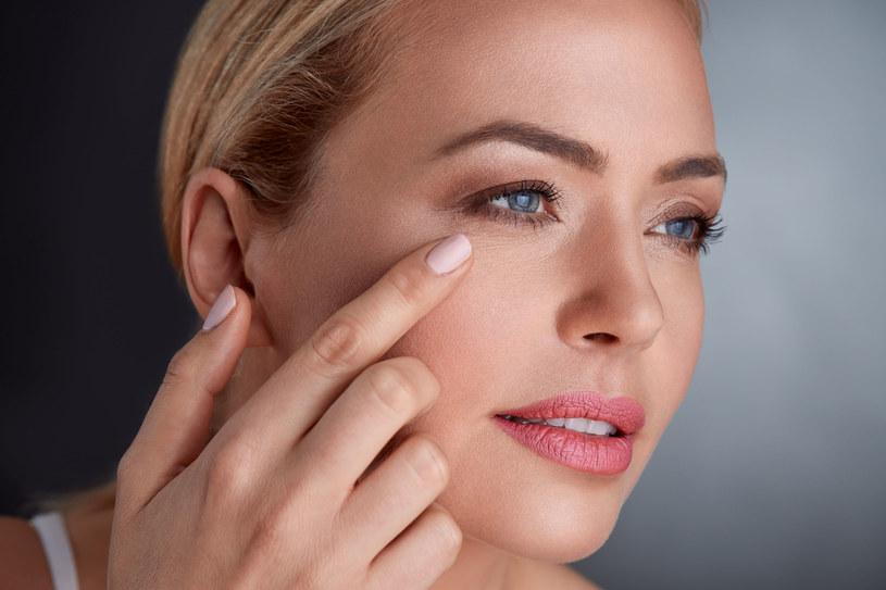 W temacie spłycania zmarszczek i poprawy jędrności skóry warto wspomagać produkcję kolagenu i zapobiegać jego nadmiernej utracie /123RF/PICSEL