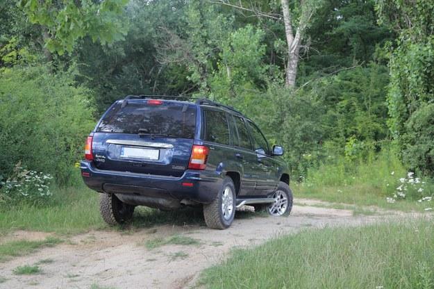 """W terenie Jeep radzi sobie znakomicie. Duży prześwit, względnie mały zwis przedni, wielkie koła z terenowymi oponami i stały napęd 4x4: mimo braku ramy """"Grand"""" to bardzo twardy zawodnik. /Motor"""